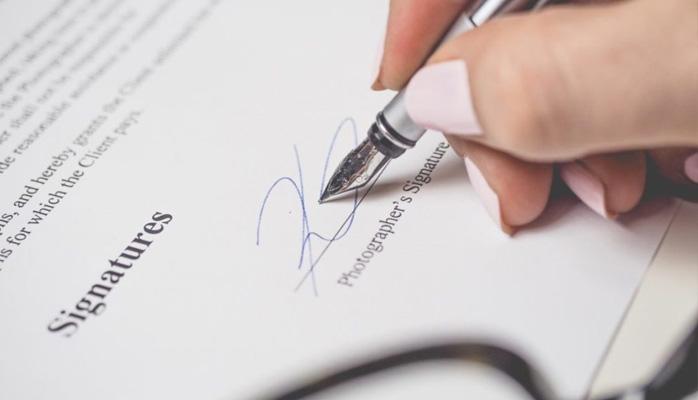 La renonciation de l'employeur à la clause de non-concurrence ne se présume pas, même en présence d'une clause résolutoire
