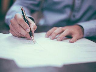 La conclusion d'une transaction suite à un licenciement économique fait obstacle aux demandes postérieures du salarié en vertu de l'autorité de la chose jugée