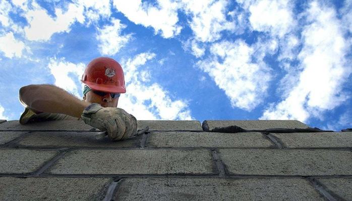 Le promoteur en retard sur la construction peut être redevable d'indemnités prévues par le droit commun des contrats