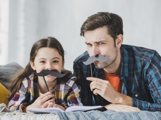 Non expulsion et délivrance d'une carte de séjour pour le père étranger, en vertu du principe d'intérêt supérieur de l'enfant