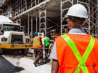 Choix d'un dispositif de construction présentant un risque excessif, dans une optique de réduction des coûts : responsabilité des entreprises